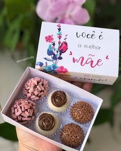 """brigadeirogourmet on Instagram: """"💖 QUER APRENDER? 😮👇 . . . 💝 Baixe AGORA nossa apostila com essa é mais 70 receitas de brigadeiro . . 💝 Clique no link da minha Bio, comente…"""" Mini Tortillas, Cupcake Cakes, Cupcakes, Brownie Desserts, Cinnabon, Truffle Recipe, Sweet Recipes, Dessert Recipes, Place Card Holders"""