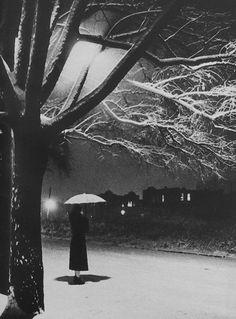 Street scene during a heavy snowstorm in Astoria, Long Island, New York, 1940 - Frank Navara