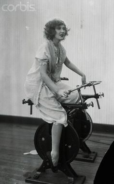 Woman Exercising on Stationary Bike 1921 Carl Sagan, Old Pictures, Old Photos, Vintage Pictures, Photo Vintage, Vintage Pins, Vintage Black, Photo D Art, Do Exercise