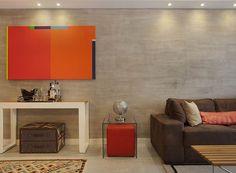 Sobre o aparador, um pequeno bar. O toque cimentício na parede modernizou o ambiente (Foto: Divulgação)