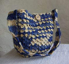 Fair Trade bag crochet of sundried palmleaves, wooden button. Beautiful and comfortable to carry.