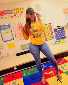 Parents Complain That This Elementary School Teacher Is Too Sexy (3 pics)