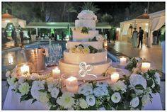 Meraviglioso e indimenticabile taglio della torta nuziale a bordo piscina