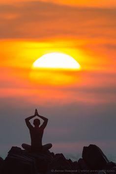 Sunset Yoga in Goa, India - yoga in India definitely on the bucket list Logos Yoga, Dalai Lama, Beautiful World, Beautiful Places, Goa India, Peaceful Life, Yoga Meditation, Meditation Benefits, Incredible India