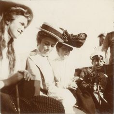 Grand Duchess Olga Nikolaevna, Olga Butsow e Ekaterina Schneider a bordo do Imperial Yacht Standart em 1910.
