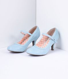 It always comes back to Bettie, darling. A shoe staple for every Pin-up closet, Bettie is a marvelous Mary Jane in a supple powder blue leatherette construction. An adjustable buckle strap, 3 inch heel and vintage sensibility make for the perfect pair to