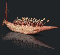 xceptionnel modèle de barque et son équipage. L'embarcation (type II de Reisner) très effilée, présente à la poupe un grand gouvernail supporté par un mâtereau. Vendu 705 221€ par Pierre Bergé & associés le 01/12/11