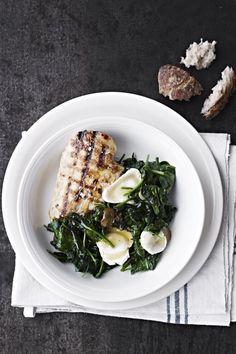 Skøn, kylling med varm spinatsalat med blød gedeost i. Spis den med groft brød, helt uden brød eller måske med ristede kartofler.