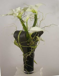 Simple yet refined arrangement of California Calla Lilies with tee leaves and curly willow. Floral design by Yukiko.  summer-calla-lilies-DSCN45-