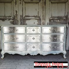 My Glamorous Metallic Silver Dresser Metallic Silver Furniture. How to DIY this metallic finish and add silver leafings for a little Hollywood glam in your home Metallic Painted Furniture, Silver Furniture, Funky Furniture, Refurbished Furniture, Paint Furniture, Repurposed Furniture, Furniture Projects, Furniture Makeover, Diy Mirrored Furniture