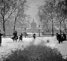"""PARIS 1945  """"Boules de neige au Pont des Arts"""" BY DOISNEAU"""