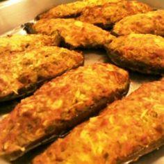 Receita de Berinjela Recheada ao Forno - 2 unidades de berinjela grandes, 120 ml de azeite para fritar, 2 unidades de cebola picadas, 2 dentes de alho amass...