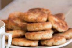 Škvarkové placky | Apetitonline.cz French Toast, Bread, Chicken, Breakfast, Food, Breakfast Cafe, Essen, Breads, Baking