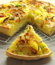 Tarte aux pommes de terre et au brie - Potato and brie cheese pie Potato Recipes, Veggie Recipes, Vegetarian Recipes, Cooking Recipes, Quiches, Omelettes, Good Food, Yummy Food, Savory Tart