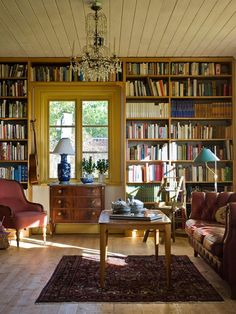 Architektur 23 home libraries that will fill all book-lovers with interior design lust Our happy place is a home library. The post 23 home libraries that will fill all book-lovers with interior design lust appeared first on Architektur. Home Library Rooms, Home Library Design, Home Libraries, Home Interior Design, Interior Decorating, Cozy Home Library, Interior Design Magazine, Luxury Interior, Room Interior
