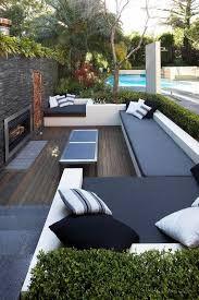 idee-deco-jardin-exterieur-avec-meubles-d-extérieur-pour-le-cour-moderne. Outdoor Daybed, Outdoor Seating, Outdoor Rooms, Outdoor Living, Outdoor Decor, Modern Garden Design, Contemporary Garden, Modern Pools, Outdoor Garden Furniture