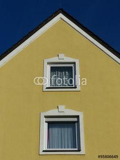 Ockerfarbene Fassade mit schönen Fenstern und spitzem Giebel in Markt Burgheim in Oberbayern