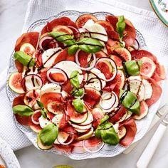 Fikon- och mozzarellasallad med bresaola och örtolja. Eat To Live, Caprese Salad, Lchf, Fine Dining, Starters, Finger Foods, Love Food, Cake Recipes, Bakery