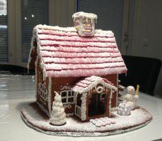 Tämä piparkakkutalo tuli leivottua joulumyyjäisiin arpajaispalkinnoksi. Joka vuosi olen kotiin piparkakkutalon tehnyt, mutta joka joulu olen huomannut olevani mielikuvitukseltani taitavampi kuin käsistäni. Tänävuonna kuitenkin ajatus ja lopputulos kohtasivat ja lopputuloksesta tuli juuri sellainen kuin olin miettinyt (ehkä jopa hiukan parempikin) myyjäisissä talo oli kovasti pidetty :) - by Maria -- Piparkakkutalo, Joulu, Gingerbread house, Christmas