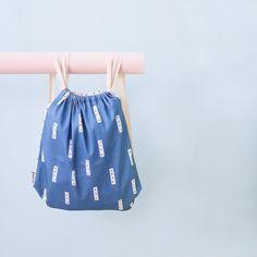 """La mochila más moderna de la galaxia se llama """"Abstract""""... 😜 vaaale igual de la galaxia es mucho decir pero si no es la más moderna estará ahí ahí!!! Nos quedan poquitas unidades en la tienda! Que tengáis feliz tarde! #mochila #lascamasestanparadeshacerlas #backpack #bandidekids"""