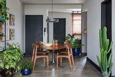 Em parceira com Alexandra Albuquerque, Gabriel Valdivieso recebeu a missão de transformar este apartamento em um lar com mix de industrial e contemporâneo
