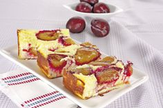 Iată o reţetă de prăjitură de prune mai deosebită şi rapidă. Blatul pufos şi aroma dată de prunele proaspete vor face din acest desert un adevarat deliciu.
