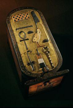 Une des boîtes en forme de cartouche, provenant du trésor de la tombe du pharaon Toutânkhamon, dans la Vallée des Rois.