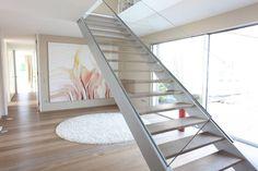 Finde Modern Flur, Diele & Treppenhaus Designs: Treppe Eingangsbereich. Entdecke die schönsten Bilder zur Inspiration für die Gestaltung deines Traumhauses.