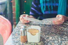 женщина-изучая-меню-в-кафе-40568350.jpg (240×160)