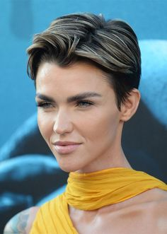 celebrity highlights ruby rose Stunning Celebrity Highlights to Inspire Your Spring Dye Job Auburn Highlights, Brown Hair With Blonde Highlights, Colored Highlights, Hair Highlights, Caramel Highlights, Pixie Hairstyles, Pixie Haircut, Celebrity Hairstyles, Wedding Hairstyles