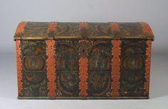 Rosemalt kiste i eik fra 1700 t. Malt av Drangedalsmaleren, eierinitialer og datering 1821. L: 130 cm. Litteratur: Rosemaling i Telemark b.2, s. 11. Prisantydning: ( 8000 - ) Solgt for: 7500