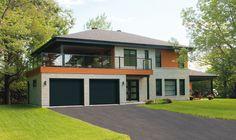 Black garage door on modern house | Porte de garage noire avec maison de style moderne