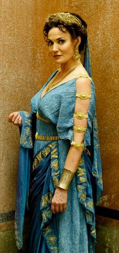 Roman Woman Garb – no idea on accuracy but I like all the jewelry blending - Historical Fashion Greek Fashion, Roman Fashion, Historical Costume, Historical Clothing, Roman Dress, Roman Clothes, Movie Costumes, Roman Costumes, Greek Clothing
