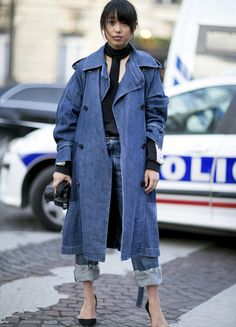 The Street Style Crowd Wore Blue Denim on Day 7 of Paris Fashion Week Mode Outfits, Chic Outfits, Fashion Outfits, Fashion 2018, Denim Fashion, Fashion Advice, Fashion Photo, Fashion Week Paris, Denim Attire