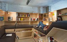 Por dentro do SoundCloud  O escritório conta com uma pequena biblioteca. Na prateleira, alguns livros de design e revistas alemãs