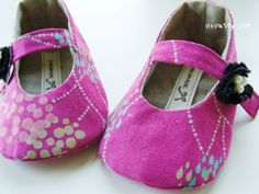 DIY baby shoes - Perfect idea for my yet-to-be-born Christmas niece.