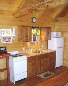 Small Cabin Decorating Ideas And cabin decor 27 Small Cabin Decorating Ideas and Inspiration Kitchen On A Budget, Home Decor Kitchen, New Kitchen, Kitchen Ideas, Smart Kitchen, Kitchen Chairs, Kitchen Flooring, Small Log Cabin, Tiny Cabins