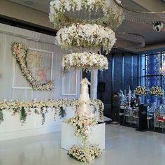 Reception Love | @romantikafloraldesigns @curzonhall_navarravenues @chandelierstodiefor @sydneysignatureevents @harboursidedecorators #brides_style