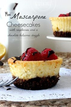 Gluten Free Mini Mascarpone Cheesecakes with Raspberries and Chocolate Balsamic Creme Brulee Cheesecake Bars, Creamy Cheesecake Recipe, Gluten Free Cheesecake, Gluten Free Desserts, Cheesecake Recipes, Just Desserts, Delicious Desserts, Yummy Food, Yummy Snacks