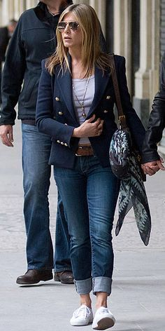 Easy casual outfit - pair navy blazer with white or light gray tee, jeans (I noticed Jenn likes to roll up the bottom quite often), brown belt and white sneakers - oh and don't forget the aviators! Blazer Outfits, Casual Outfits, Cute Outfits, Fashion Outfits, Womens Fashion, Fashion Purses, Casual Wear, Jenifer Aniston, Jennifer Aniston Style