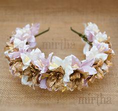 Diadema de flores de papel a modo de tiara que combina lirios rosas, blancos y dorados con un resultado de lo más espectacular.
