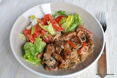 Tocăniță de porc cu ciuperci și sos cremos de smântână - porc Stroganoff   Savori Urbane Romanian Food, Pork Recipes, Japchae, Bacon, Easy Meals, Food And Drink, Beef, Cooking, Ethnic Recipes