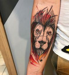 Tatuagem criada por Gustavo Takazone de Álvares Machado - SP.    Leão com fundo colorido no braço.