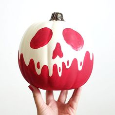 DIY Poison Apple Pumpkin The post DIY Poison Apple Pumpkin appeared first on Halloween Pumpkins. Halloween Tags, Holidays Halloween, Halloween Crafts, Happy Halloween, Halloween Party, Disney Halloween Parties, Halloween Pumpkin Designs, Calabaza Disney, No Carve Pumpkin Decorating