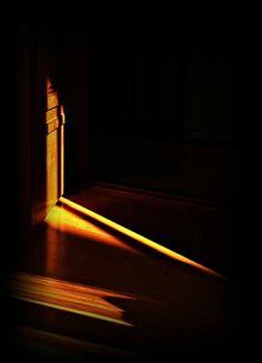 방문틈 사이로 흘러들어오는 빛