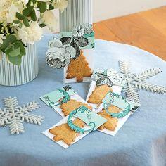 Biscuits sablés en forme de sapins emballés dans du papier peint fleuri