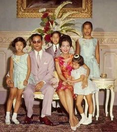 King Bhumibol Adulyadej, the world's longest-reigning monarch King Bhumibol and Queen Sirikit of Thailand pose with their children for a family portrait, Bhumibol and Queen Sirikit of Thailand pose with their children for a family portrait, King Rama 10, King Bhumipol, King Of Kings, King Queen, Royal Queen, King Thailand, Marie Stuart, Thai Princess, Queen Sirikit