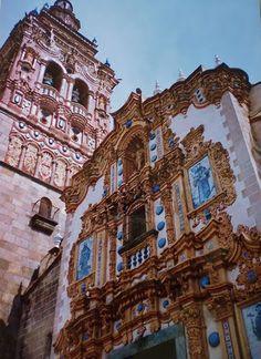 La Ornamentación de la Iglesia de San Bartolomé, con cerámicas, ladrillo y mascarones, es bellísima.