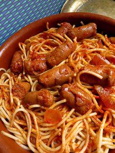 Voici une autre recette juive tunisienne tirée du livre Salam-Shalom de Chloé Saada. Je l'ai préparée pour une soirée entre amis quand il ne faisait pas si chaud encore. J'ai utilisé des merguez de dinde puisque à la maison on ne mange pas d'agneau. Pour 4 personnes 500g de spaghettis 8 merguez