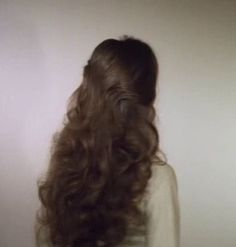 You might have heard the old expression about your hair being the crowning glory of your appearance. Either way, if you are looking for tips on how to style wavy hair, it is because yo… Livingston, Wavy Hair, Her Hair, Hair Inspo, Hair Inspiration, Aesthetic Hair, Grunge Hair, Dream Hair, Rapunzel